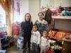 Stefania, sua sorella e i suoi due figli all'interno del loro alloggio. Stefania prima di arrivare qui, era proprietaria di un negozio di abbigliamento per bambini e abitava in zona Fabbricotti.