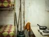 All'interno di un alloggio. Le famiglie vivono in una grande stanza dove cucinano e dormono.